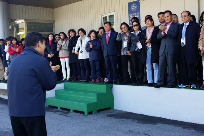 세계한인언론인연합회 회원 방문에게 환영인사를 하고 있는 김광석 회장