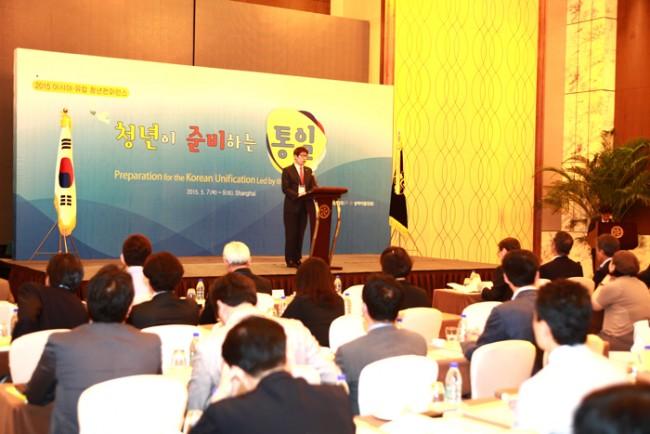 [사진설명=상하이에서 열린 '2015 아시아∙유럽 청년컨퍼런스-청년이 준비하는 통일'에서 민주평통 상하이 협의회 이창호 회장이 개회사를 를 하고 있다]
