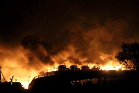 중국 동북부 항구도시 톈진의 빈하이신 구에서 큰 폭발이 발생하여 화염과 연기가 치솟고 있다.