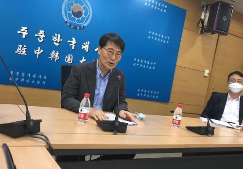 장하성 주중 대사가 27일 기자들과 만나 중국과의 비자 발급 협의 결과 등을 설명하고 있다.(연합뉴스)
