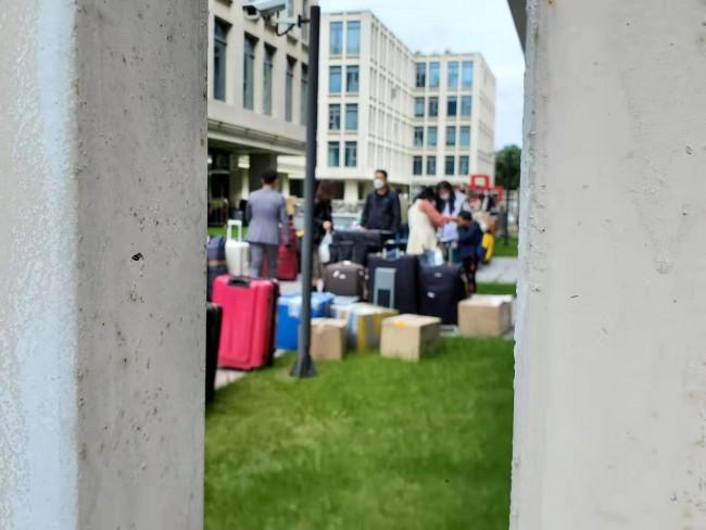 [사진=지난 10월22일 5차 전세기로 입국한 교민들이 14일간의 격리를 마치고 호텔을 나오고 있다]